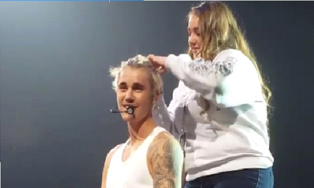 Justin Bieber asked a fan to put his hair in a ponytail in the middle of a concert