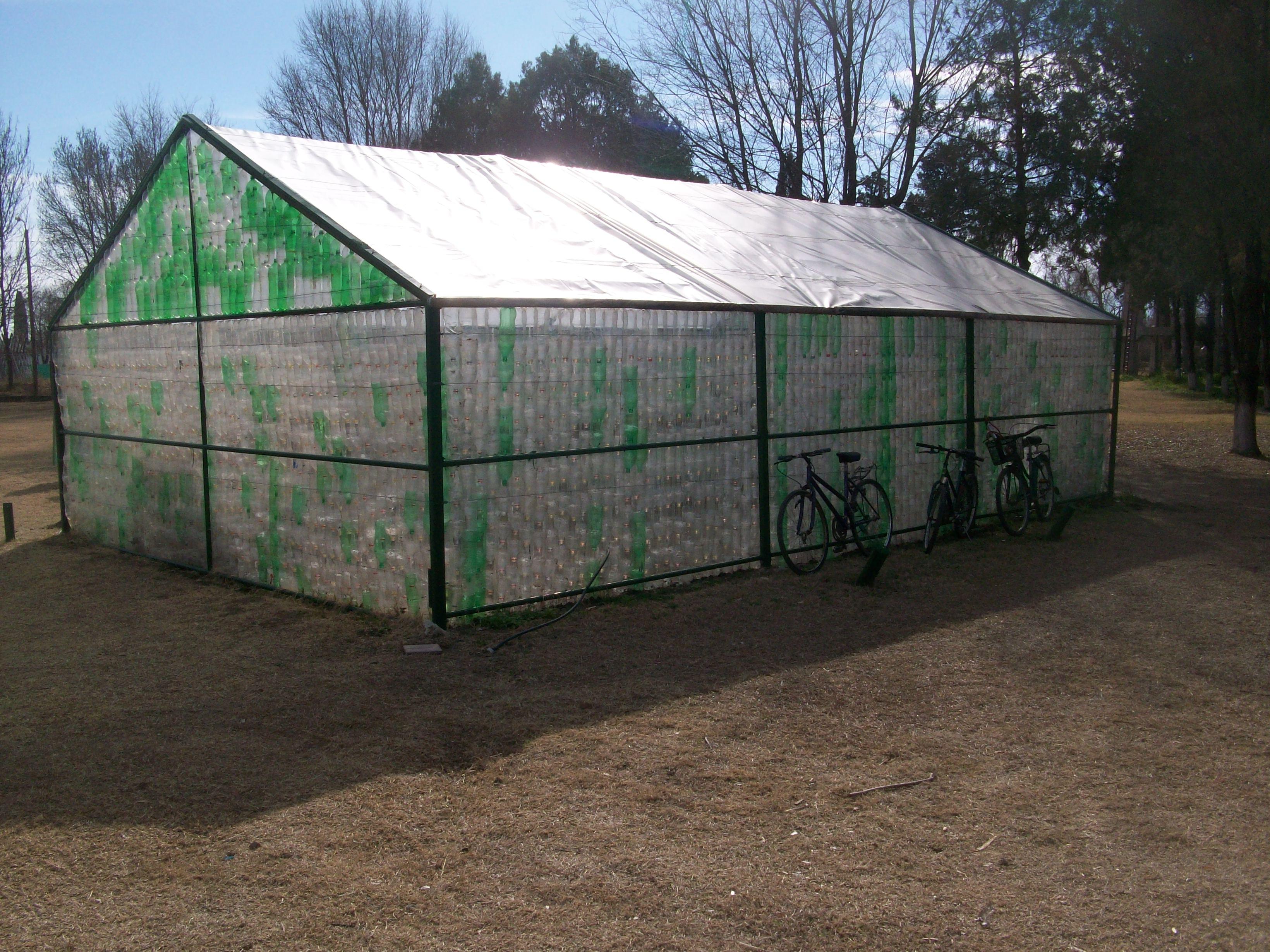 C mo construir un invernadero reutilizando botellas de - Fabricar un invernadero ...