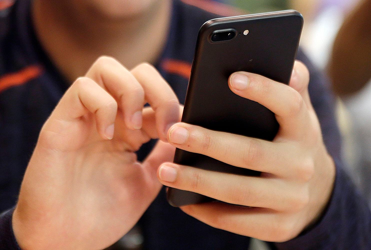 Smartphone addict couldn   t move fingers after using device for a week