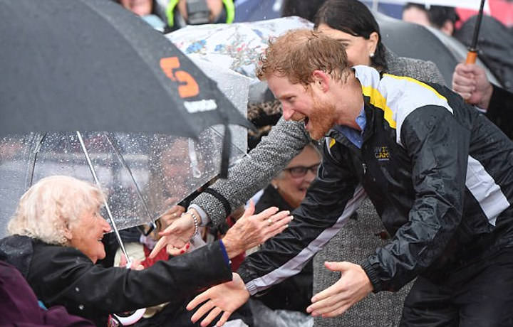 98-year-old war widow tries to catch Prince Harry   s eye, and what happened next will shock you