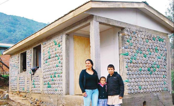 Levantó su casa con 4000 botellas de plástico