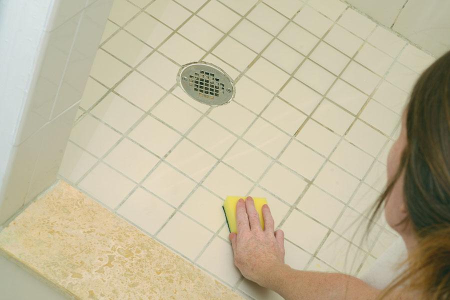 C mo eliminar de manera efectiva el moho de su ba o o - Limpiar azulejos bano moho ...