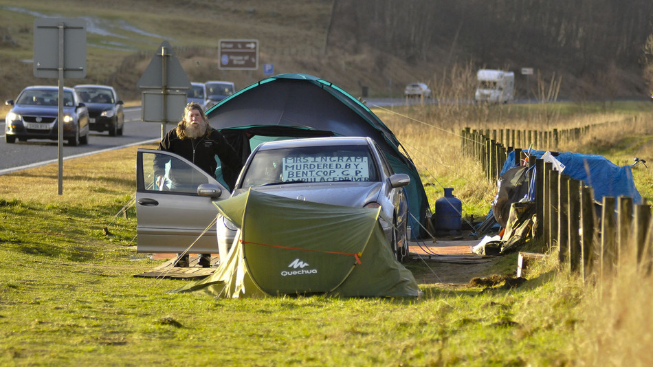 Man living in a Mercedes beside a Scottish road gets evicted after 3 years
