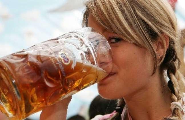 Aseguran que las mujeres que más alcohol consumen son más inteligentes